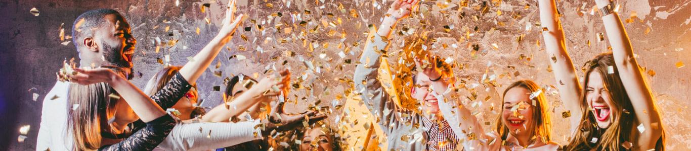 imagen de un grupo de gente en una fiesta.