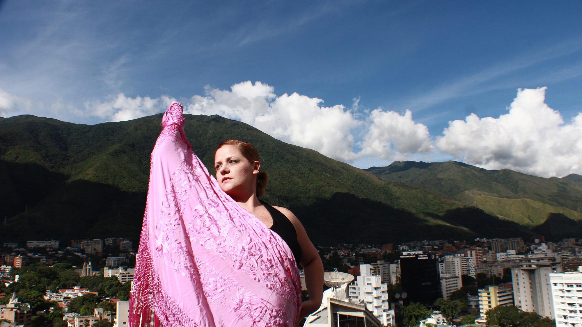María Graciela posando con el manton frente al alvila