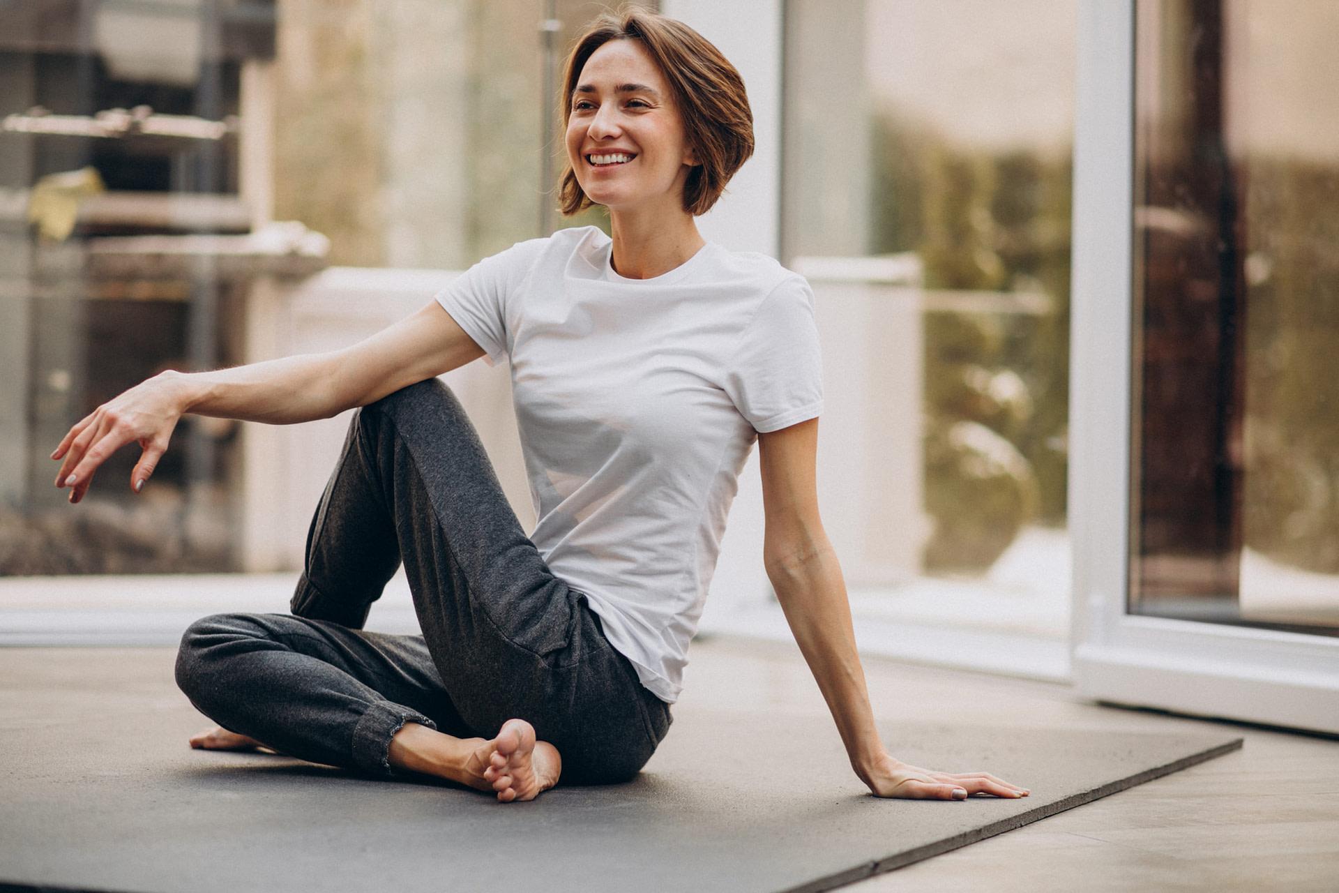 mujer en una clase de yoga.