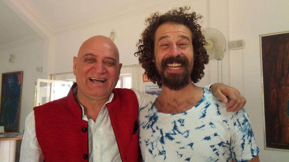 Jesús Reggeti con su maestro Madan Kataria