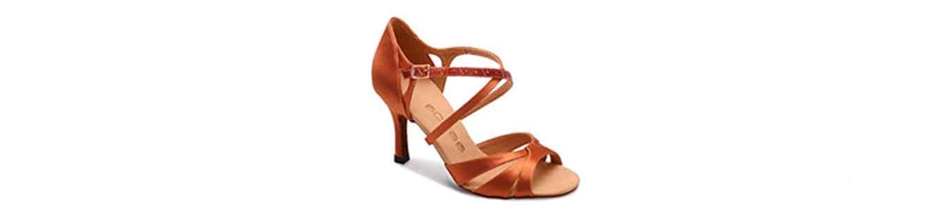 Zapato con tacón fino con una correa en el empeine
