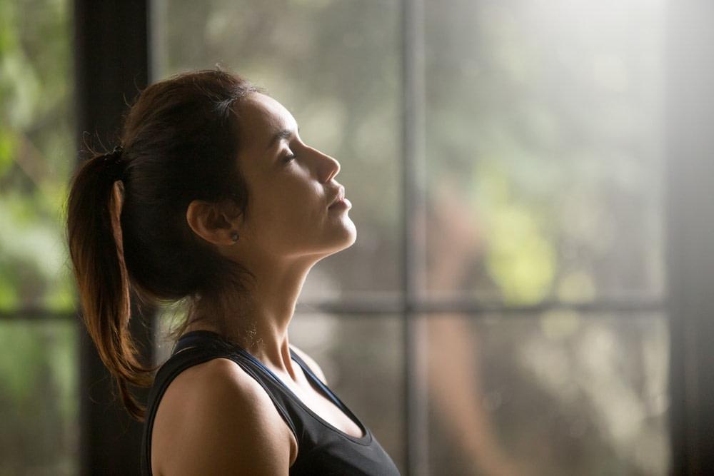 Imagend e una mujer respirando profundamente