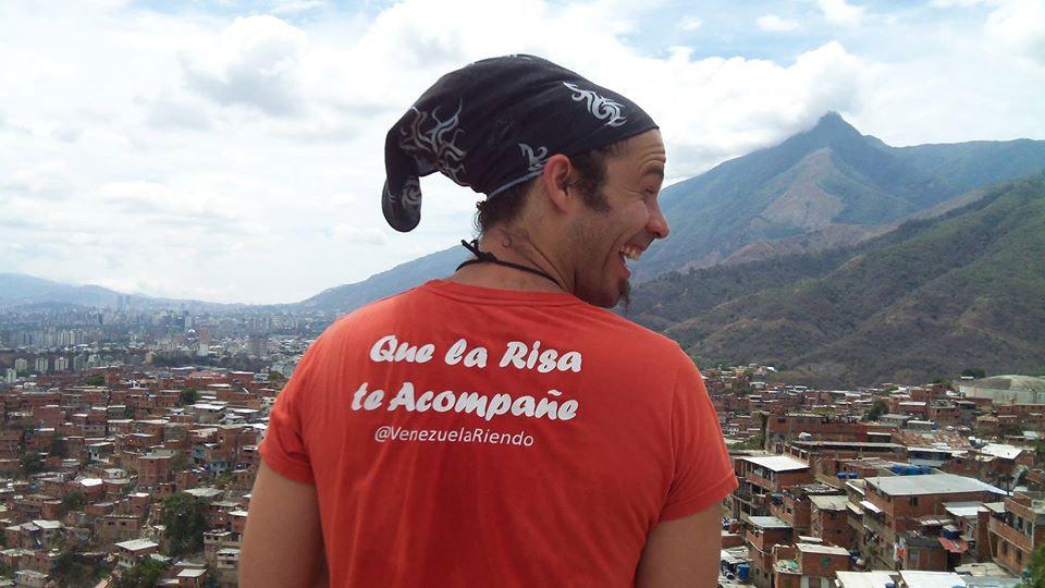 Jesús Reggeti viendo la ciudad de Caracas