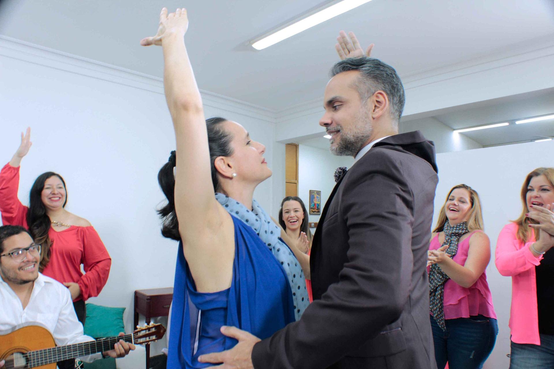 Imagen de 2 personas bailando