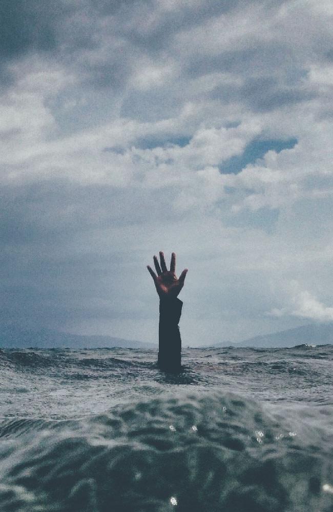 Una persona hundiendose, simula la presión que genera el estrés en la mente