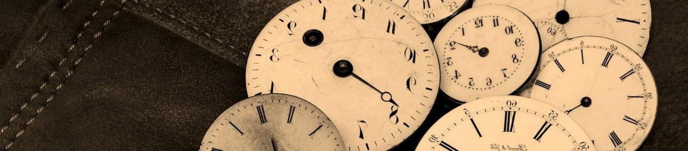 Muchos relojes apilados