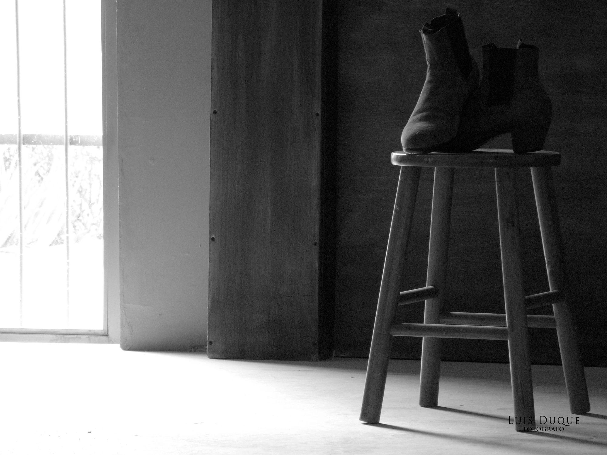 Zapatos de flamenco sobre un banco de madera