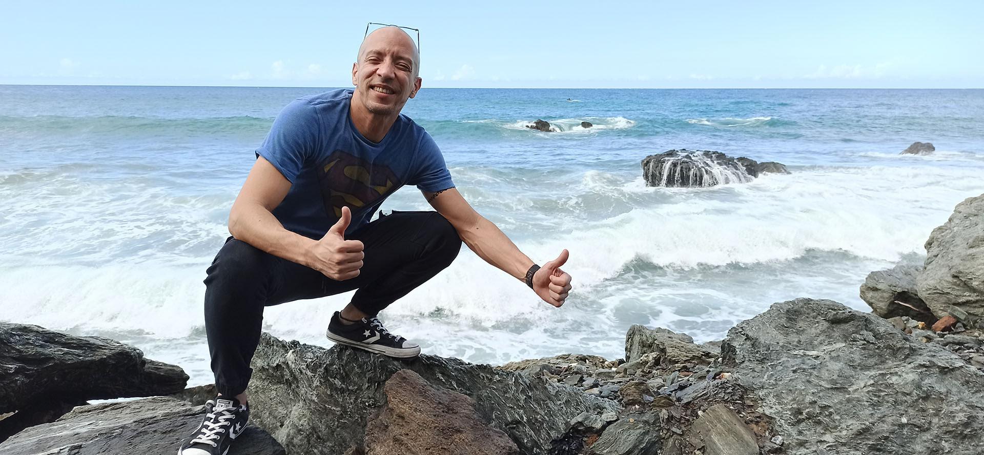 Imagen de pachon posando encima de unas rocas