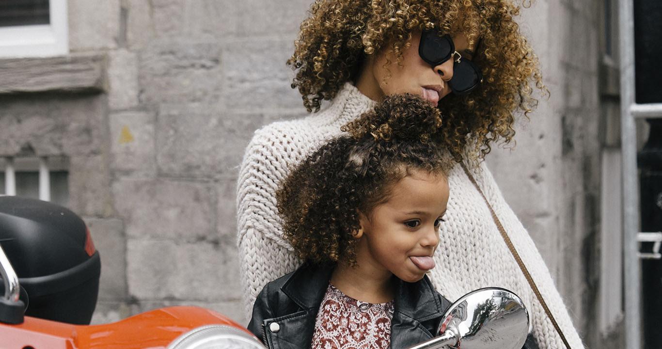 Una niña que imita a su mamá