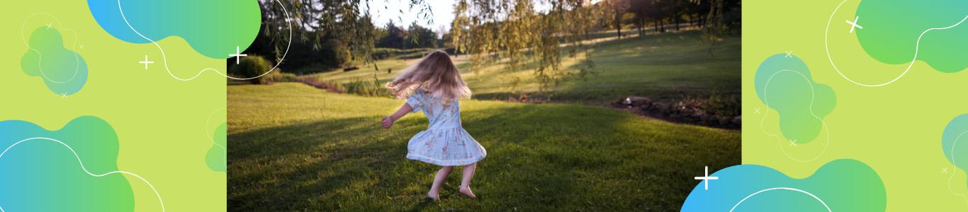 Niña bailando jazz en el parque